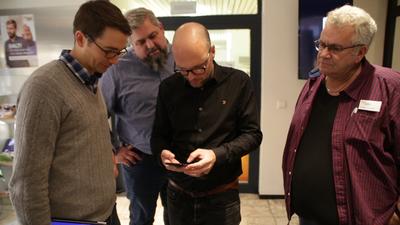 Raphael Haus (1. v. links), Geschäftsführer der mobfish GmbH, mit Workshopteilnehmern bei Innenaufnahmen