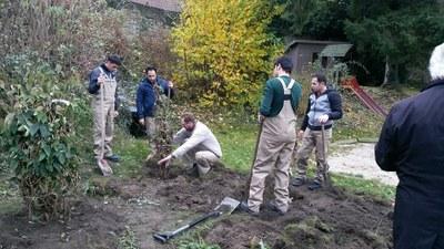 Teilnehmer der SBH Nord GmbH bei der Bepflanzung der Grünanlagen