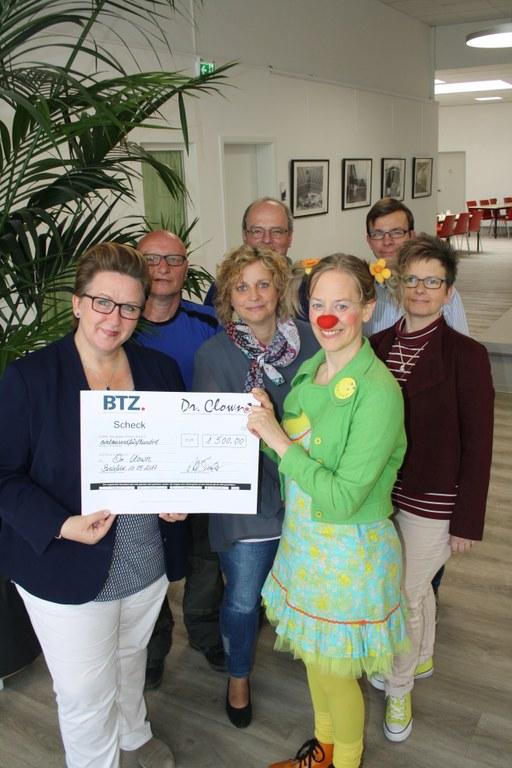 1.500 Euro für Dr. Clown e.V.: BTZ Bielefeld spendet Flohmarkterlös