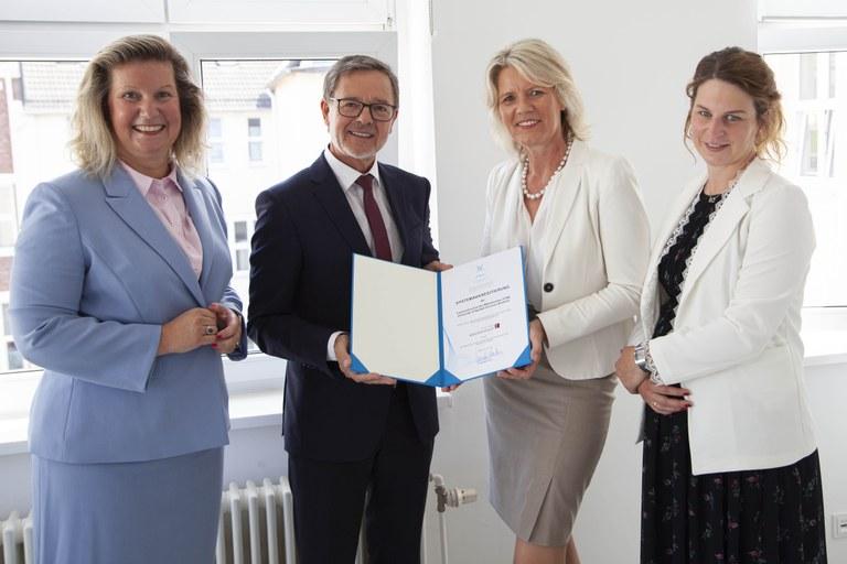 Fachhochschule des Mittelstands (FHM) erhält Siegel der Systemakkreditierung