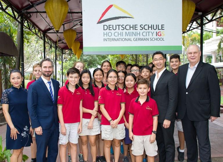 Philipp Rösler besucht die IGS HCMC