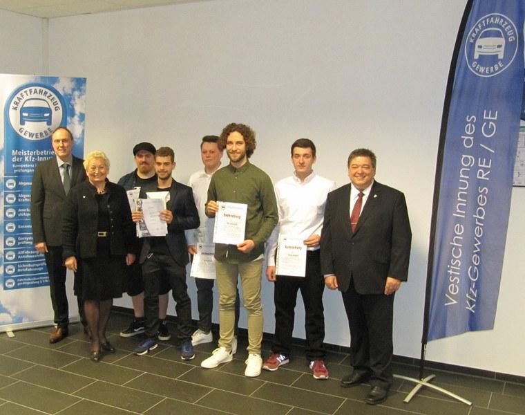 Kfz-Innung ehrt prüfungsbesten Umschüler der SBH West